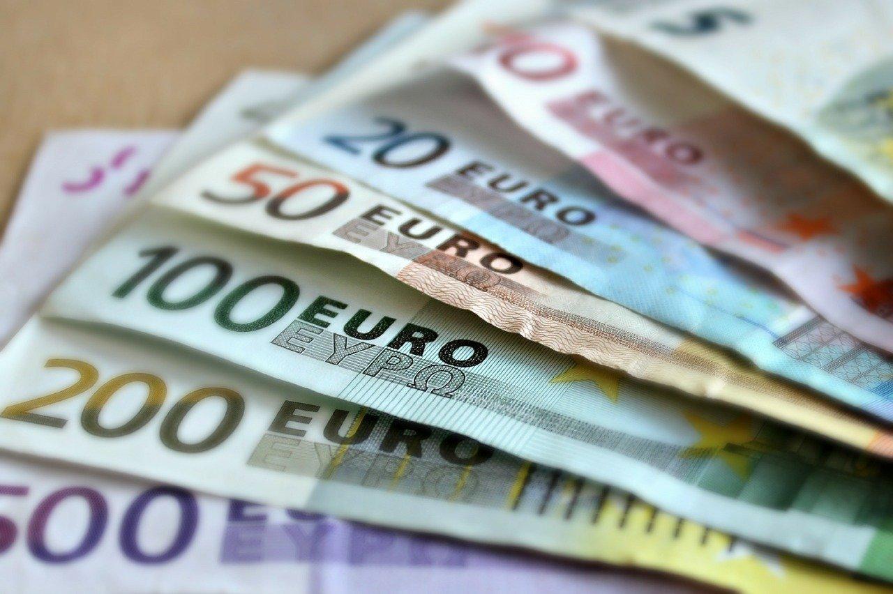 Падение по отношению к евро и доллару продолжил с утра рубль, фото-1