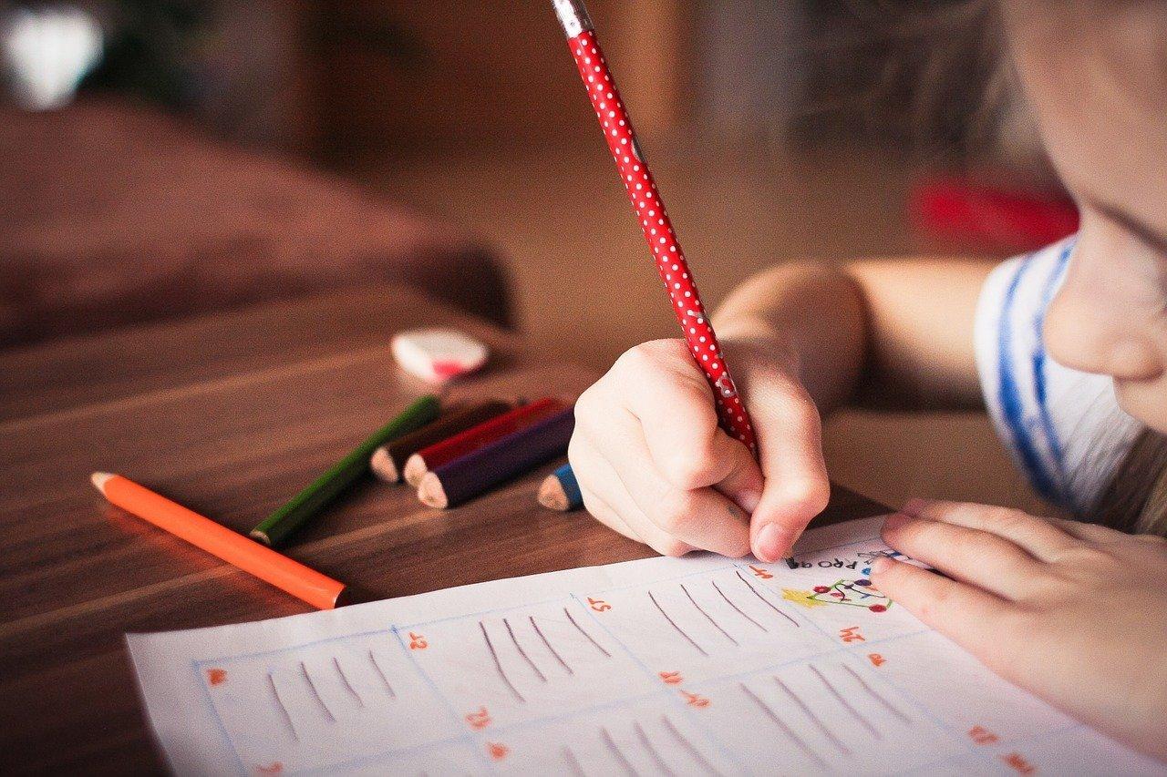 На весь 2021 год могут запретить массовые мероприятия в школах и детсадах России, фото-1