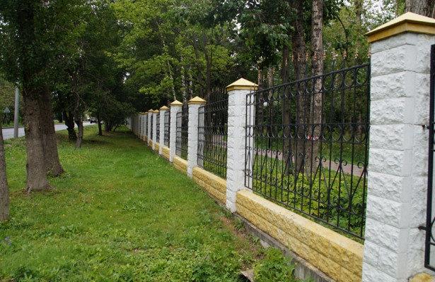 Специалисты покрасят ограждения парковой зоны в Мосрентгене